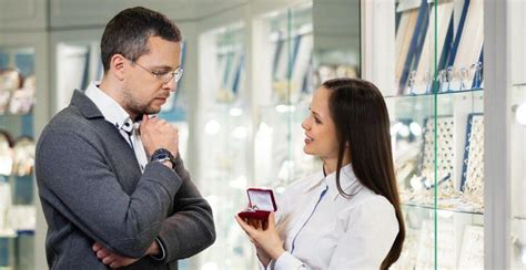 8 common mistakes men make when buying engagement ring