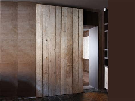 chambre a gaz vrai ou faux une porte coulissante en planches de bois usées maison