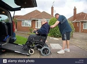 Mettre Un Fauteuil Roulant Dans Une Voiture : carer m le fils de pousser un vieil homme handicap dans un fauteuil roulant sur un b ti en ~ Medecine-chirurgie-esthetiques.com Avis de Voitures