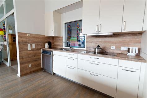 Küche Weiß Mit Holzarbeitsplatte by Gewerbek 252 Che F 252 R Anspruchsvolle Und T 228 Gliche Benutzung In
