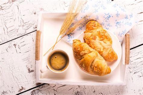 traditionelles franzoesisches fruehstueck stockfoto  happy