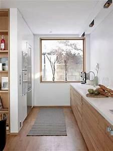 Cuisine en longueur deco design avec parquet et meubles bois for Idee deco cuisine avec meuble scandinave bois et blanc