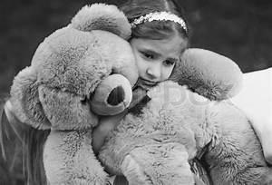Monochrome Portrait von kleinen weinenden Mädchen umarmen ...