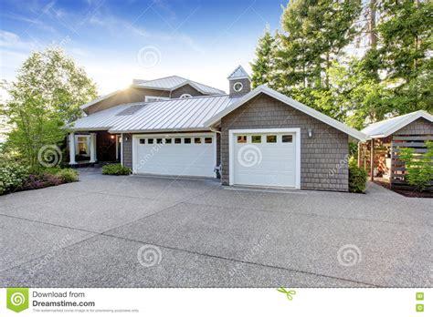 maison moderne ext 233 rieure avec l appel de restriction vue de garage et d all 233 e spacieuse photo