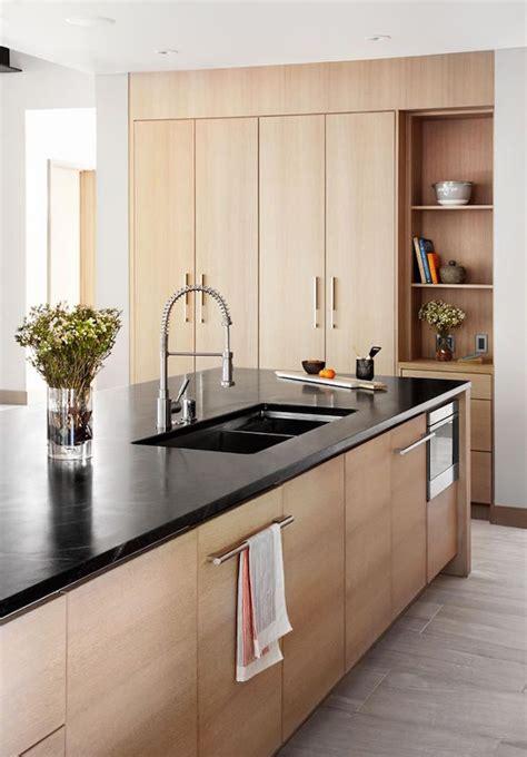 cuisine bois clair 1001 idées cuisine noir mat et bois élégance et sobriété