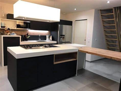 cuisine 233 aire avec ilot central et table attenante perpendiculaire avec pied acier sur mesure