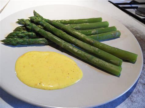 cuisiner des asperges vertes fraiches recette asperges vertes sauce mousseline asperges