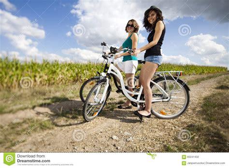 Junge Mädchen, Die Fahrrad Fahren Stockfoto