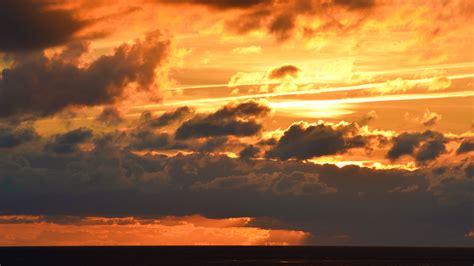 Sonnenuntergang hinter Wolken – Randnotizen.org