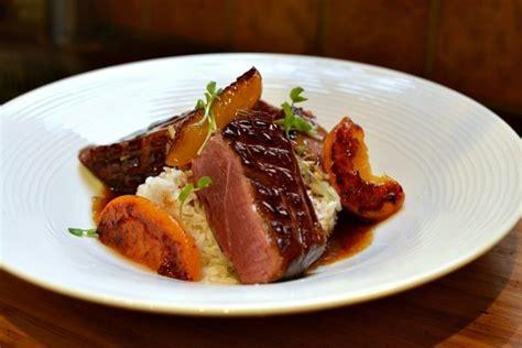 cuisiner un magret de canard au four magret de canard aux pêches la recette facile et gourmande