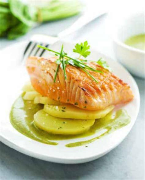 cuisiner du saumon frais pavé de saumon grillé à l 39 unilatéral sauce à l 39 oseille