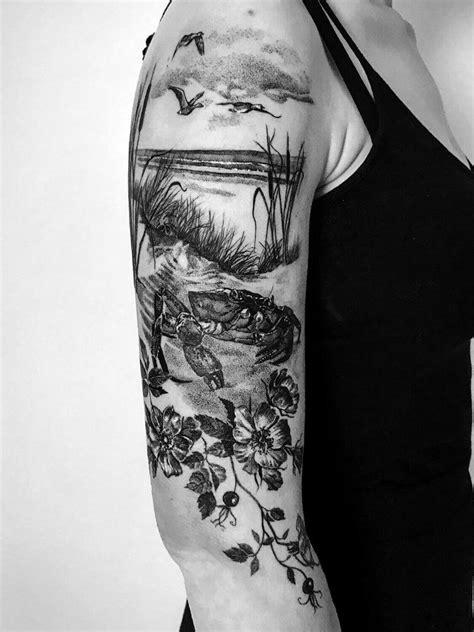 Detailreiches Strand Tattoo mit Pflanzen und einem Krebs