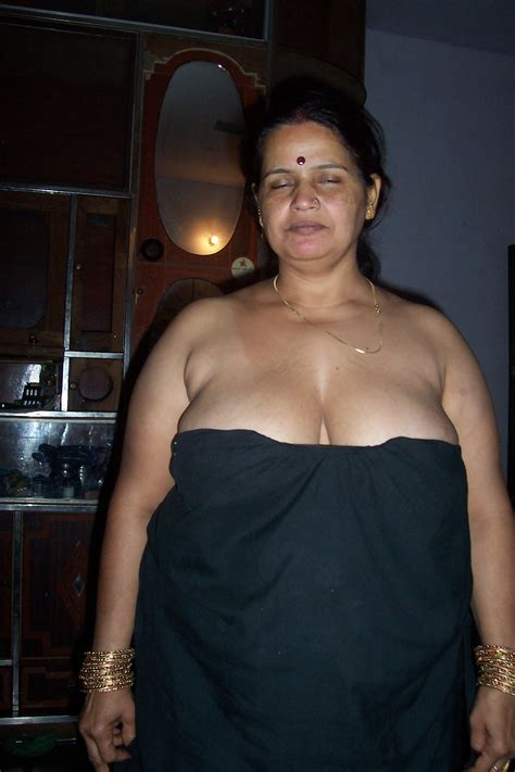 Hot Cleavage Aunty Nipple Poping Out From Blouse