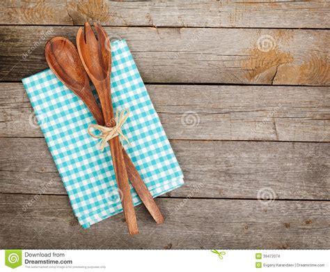 ustensile de cuisine en bois ustensiles de cuisine de vintage au dessus de table en