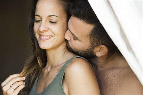 Close Up De Um Homem Beijando Pescoço Mulher Baixar