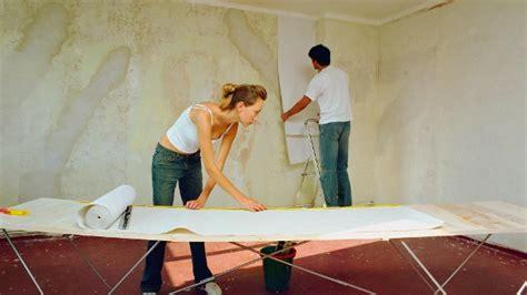 Eine Wand Tapezieren by Grundierung W 228 Nde Vorbereiten F 252 R Das Tapezieren