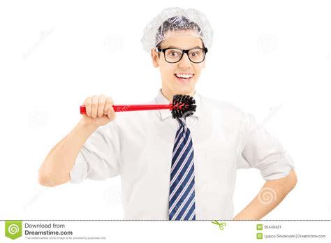 homme dr 244 le tenant une brosse de toilette environ pour nettoyer ses dents image stock