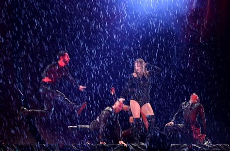 Taylor Swift Sydney Concert in the Rain November 2018 ...