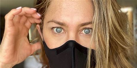 face mask jennifer aniston  wearing