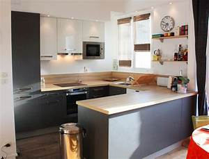 cuisine ouverte avec un muret en bois laque ideeco With idee deco cuisine avec chaise de sejour design