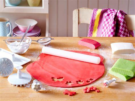 torten selber dekorieren fondant torten dekorieren mit sahne marzipan und fondant lecker de