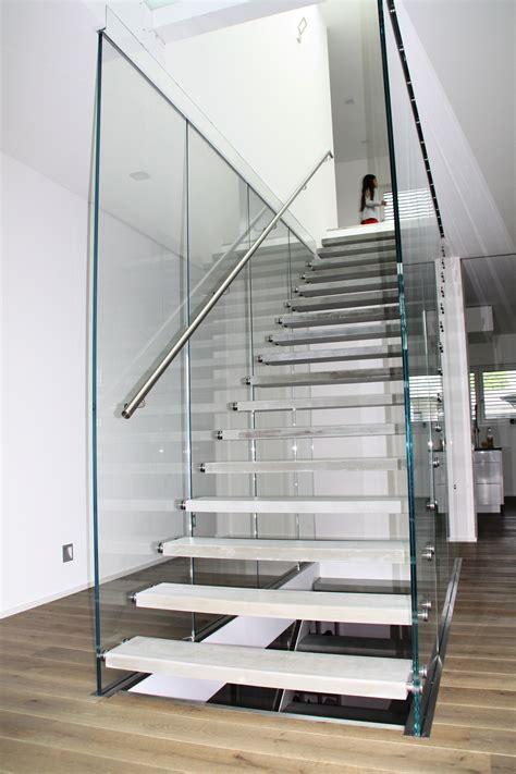 treppe zwischen zwei wänden glastreppe flying stairs treppe des jahres 2014