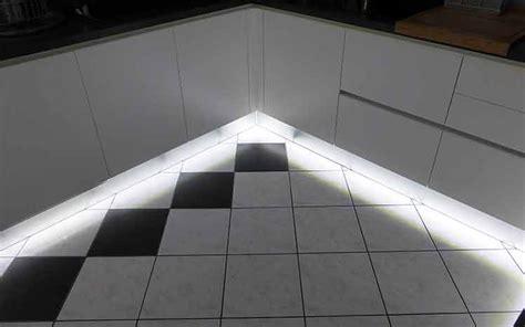 pose plinthe cuisine choisir eclairage led cuisine