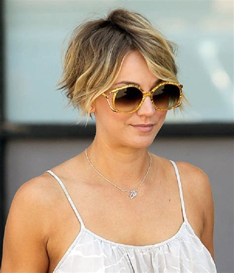 Kaley Cuoco passa dal bob sfilato al pixie cut per l'estate