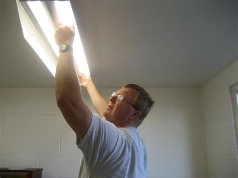 how to remove fluorescent light bulb fluorescent lighting how to change a fluorescent light