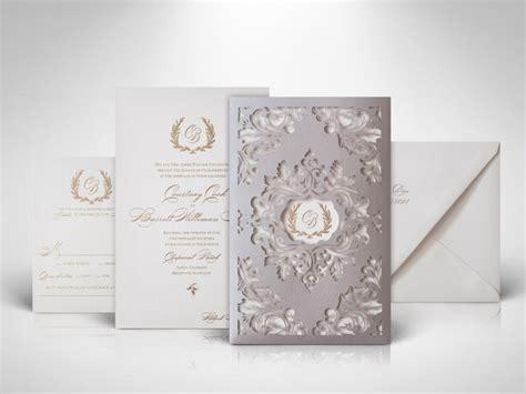 calon pengantin  tertarik coba undangan pernikahan