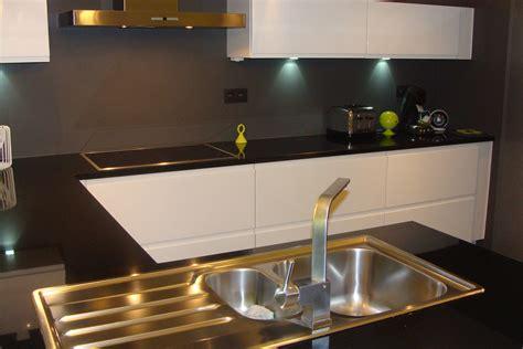 plan de travail cuisine belgique cuisine laquée blanche plan de travail granit noir photo