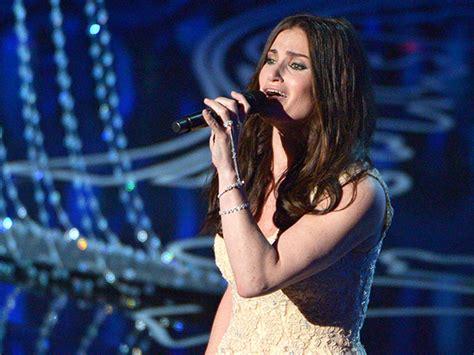 Idina Menzel Sings Frozen 's 'let It Go