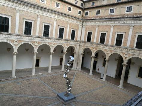 cortile palazzo ducale urbino ambiente duca foto di palazzo ducale urbino