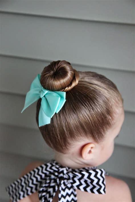 Quelle coiffure facile pour petite fille promet un bon gain de temps