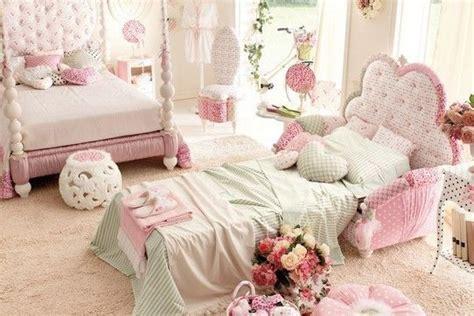 cuarto ambientado  dos hermanas cama de palacio  cama