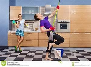 Lustige Paare Auf Küche Lizenzfreies Stockfoto Bild
