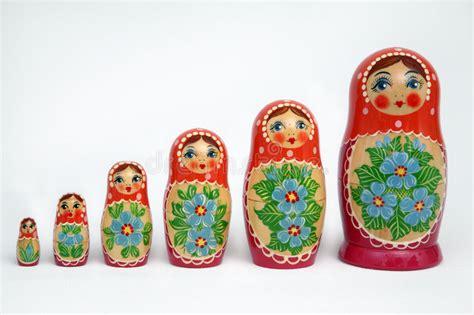 russische puppen ineinander russische poppen stock afbeelding afbeelding bestaande uit moskou 1359881