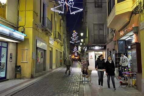 photo pedestrian shopping street  figueres spain