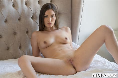 Pepper Xo Takes Off Her White Lingerie And Gets Her Shaved