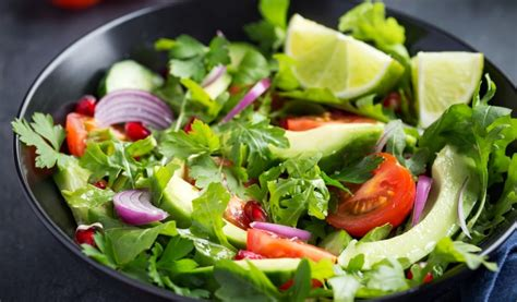 Receptes.lv - Svaigie rukolas - avokado salāti