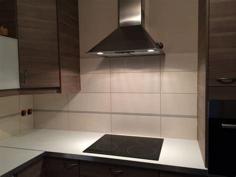 cr馘ence cuisine blanche carrelage pour credence cuisine maison design bahbe com