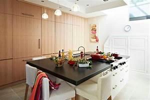 Cuisine avec ilot central plans de travail en granit noir for Plan de travail cuisine avec evier integre