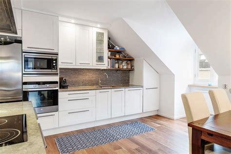 Fliesenspiegel Dunkle Küche wei 223 e k 252 chenfronten mit stahl griffen und dunkler