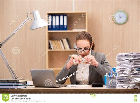 affaires de bureau la femme d 39 affaires sous l 39 effort de trop de travail dans