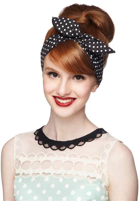 rockabilly frisur mit haarband gepunktet hochsteckfrisur