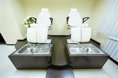 Due Poltrone E Vasche Da Bagno In Armadietto Di Pedicure