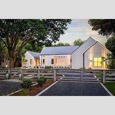 Modernes Bauernhaus In Texas Mit Weißer Fassade