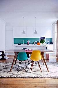great colorful dining room and kitchen with eames chairs With deco cuisine avec chaises colorees