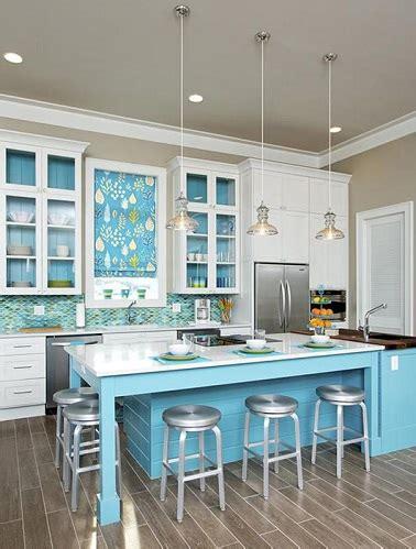 deco cuisine bleu cuisine avec îlot central bleu et meubles blanc