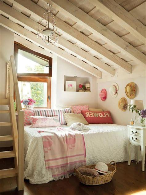 chambre avec plafond en pente aménagement des combles pour une chambre sous toit